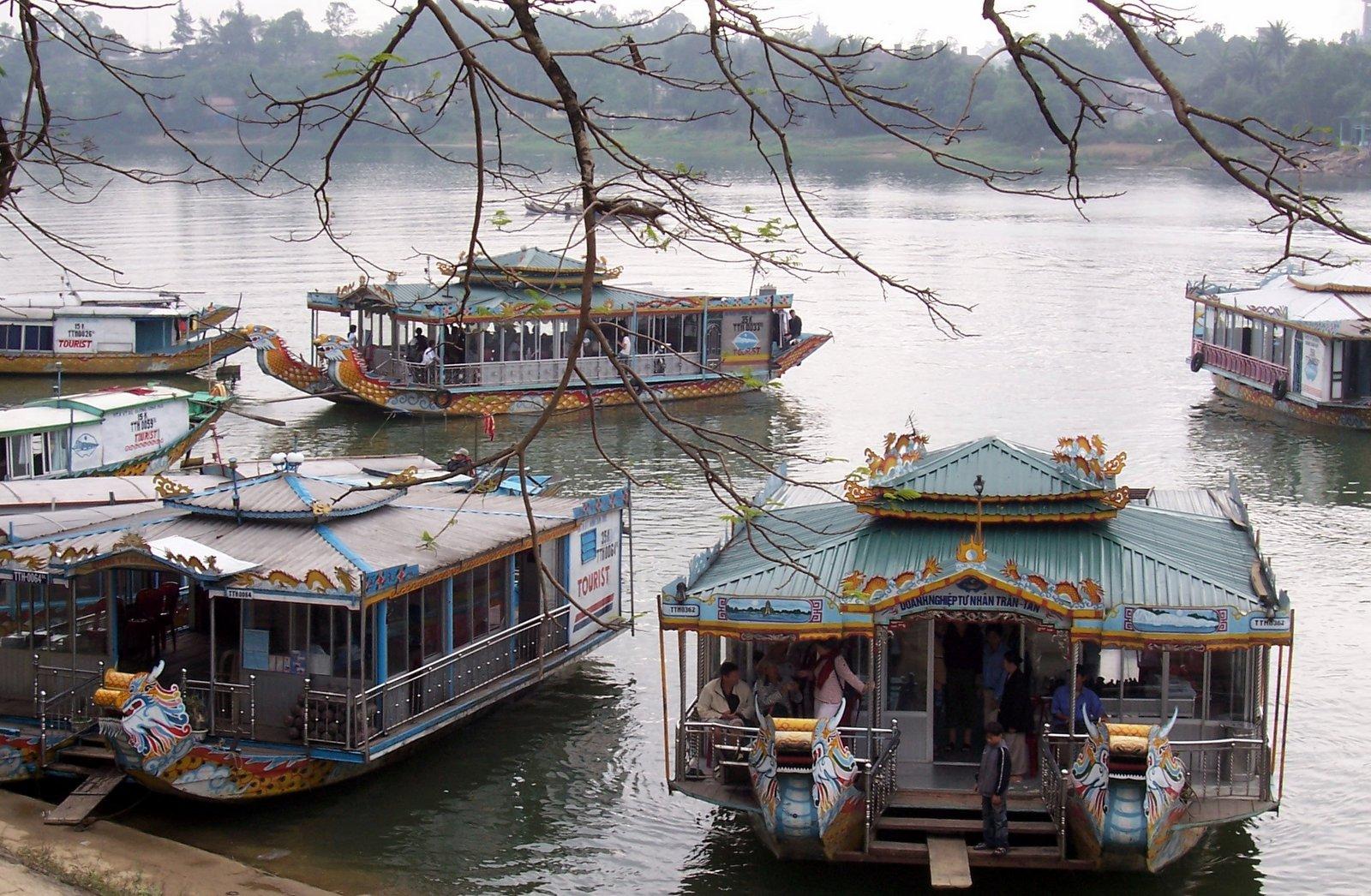 Ausflugsboote am Parfümfluss - Vietnam