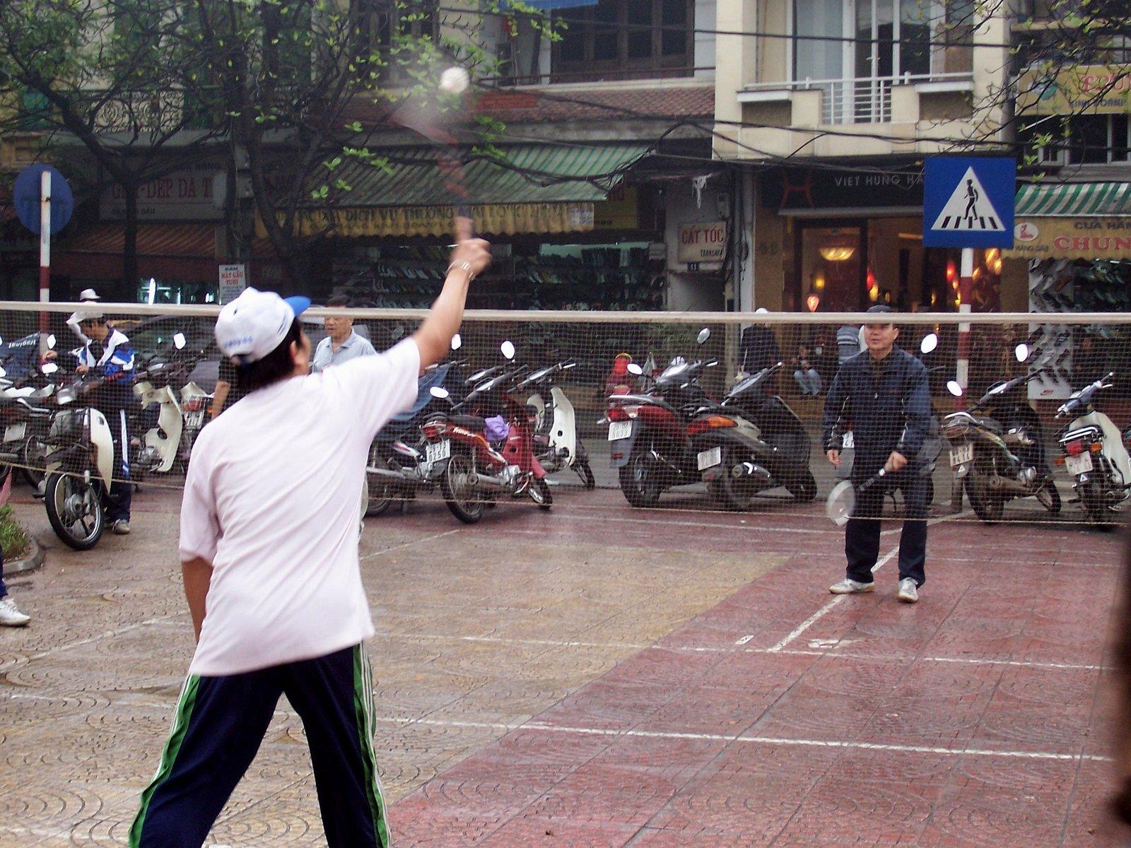 Badmintonspieler an den Straßen von Hanoi