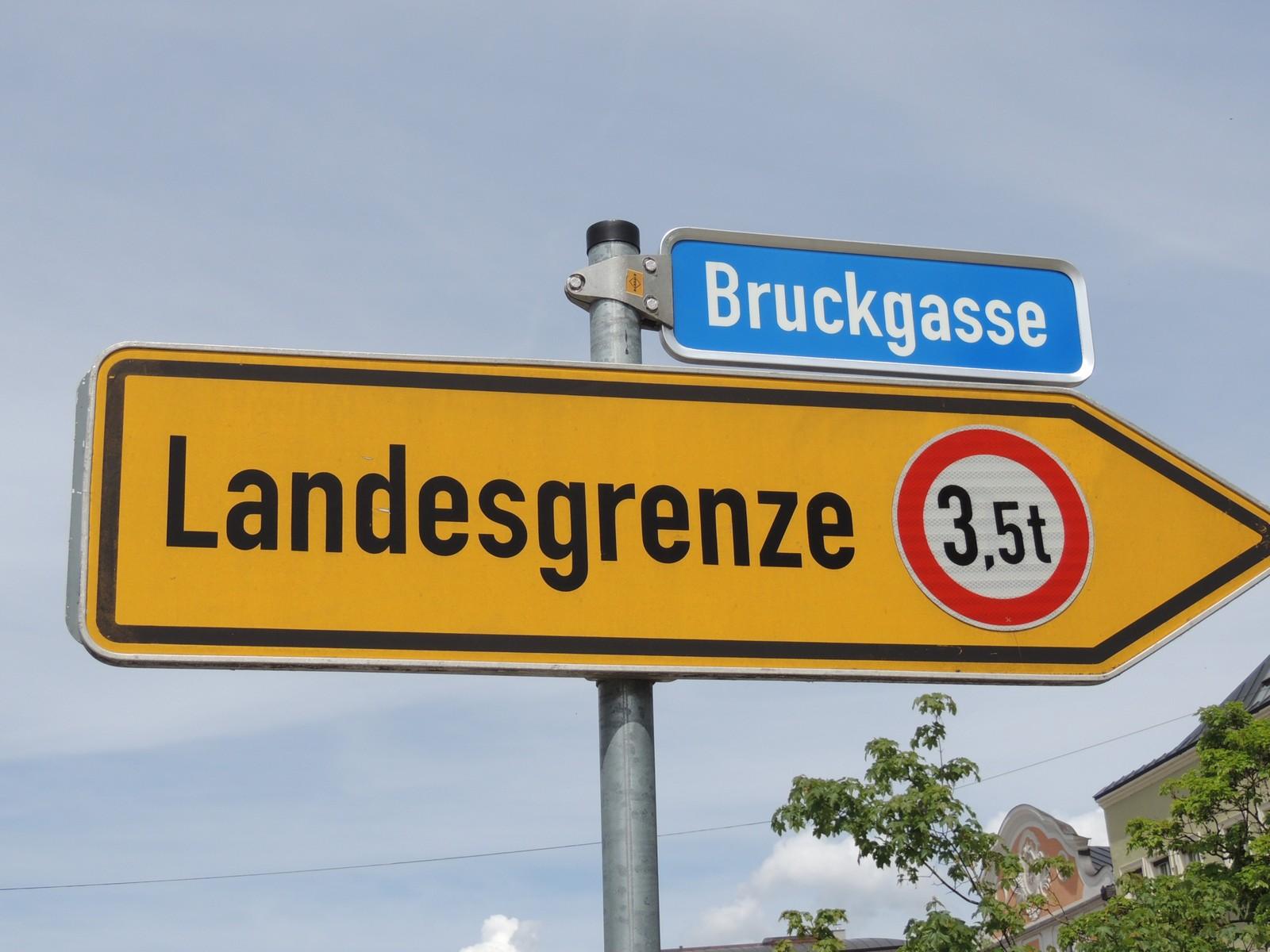 Wegweiser zur Landesgrenze - Bruckgasse Burghausen