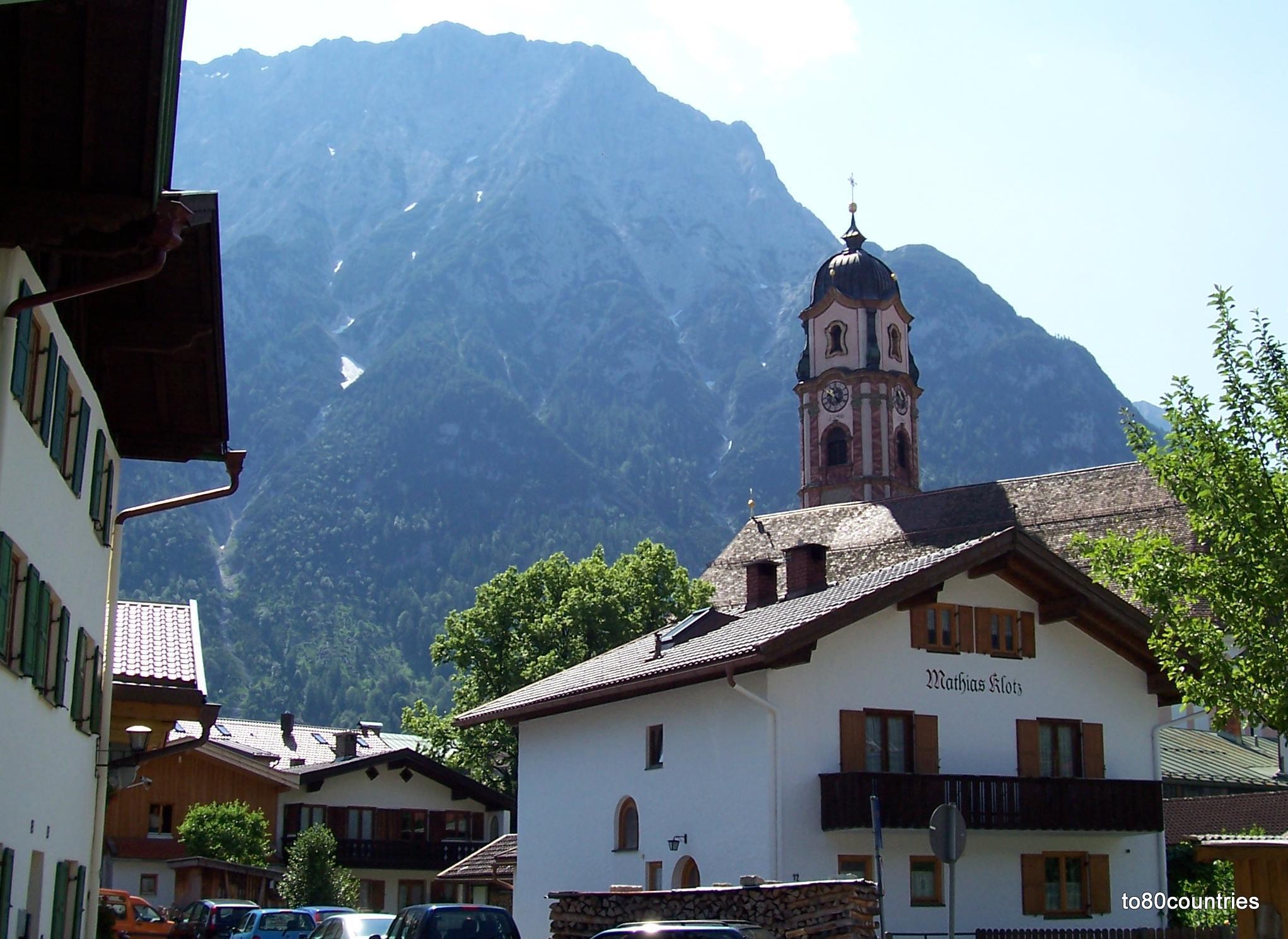 Haus Mathias Klotz mit Kirche St. Peter und Paul in Mittenwald
