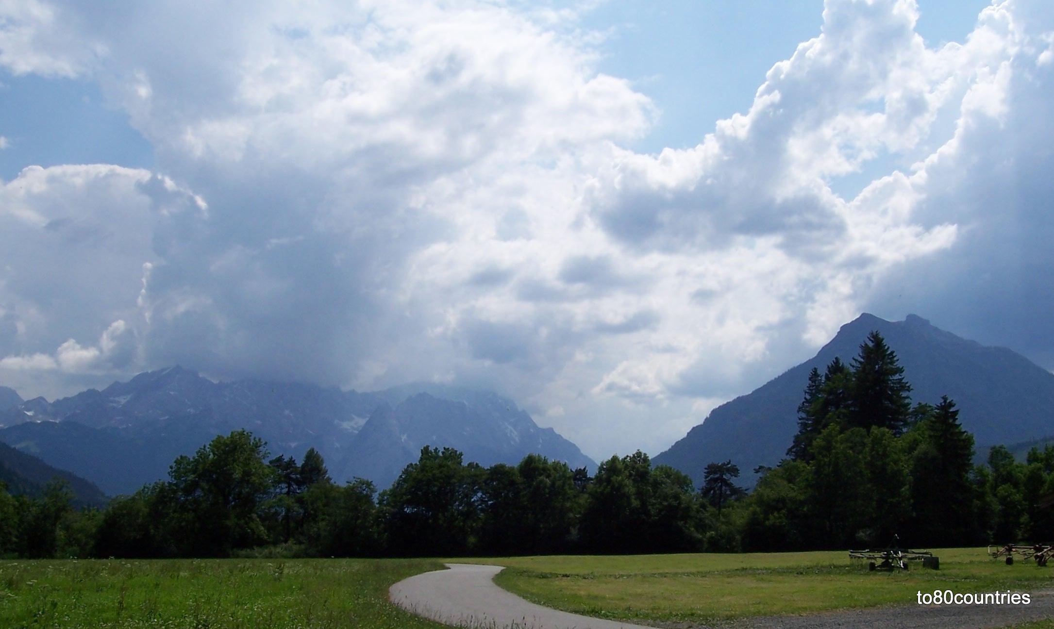 Radweg im Loisachtal mit Wettersteingebirge und Kramer