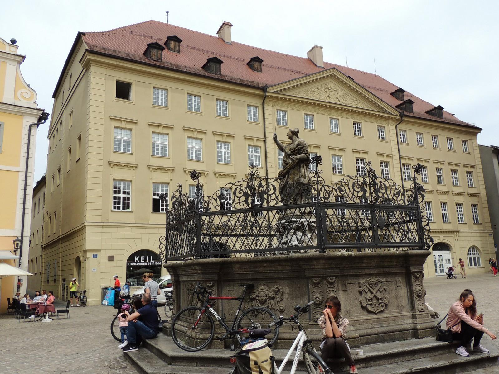 Regensburg - das Thon-Dittmer-Palais am Haidplatz Nr. 8