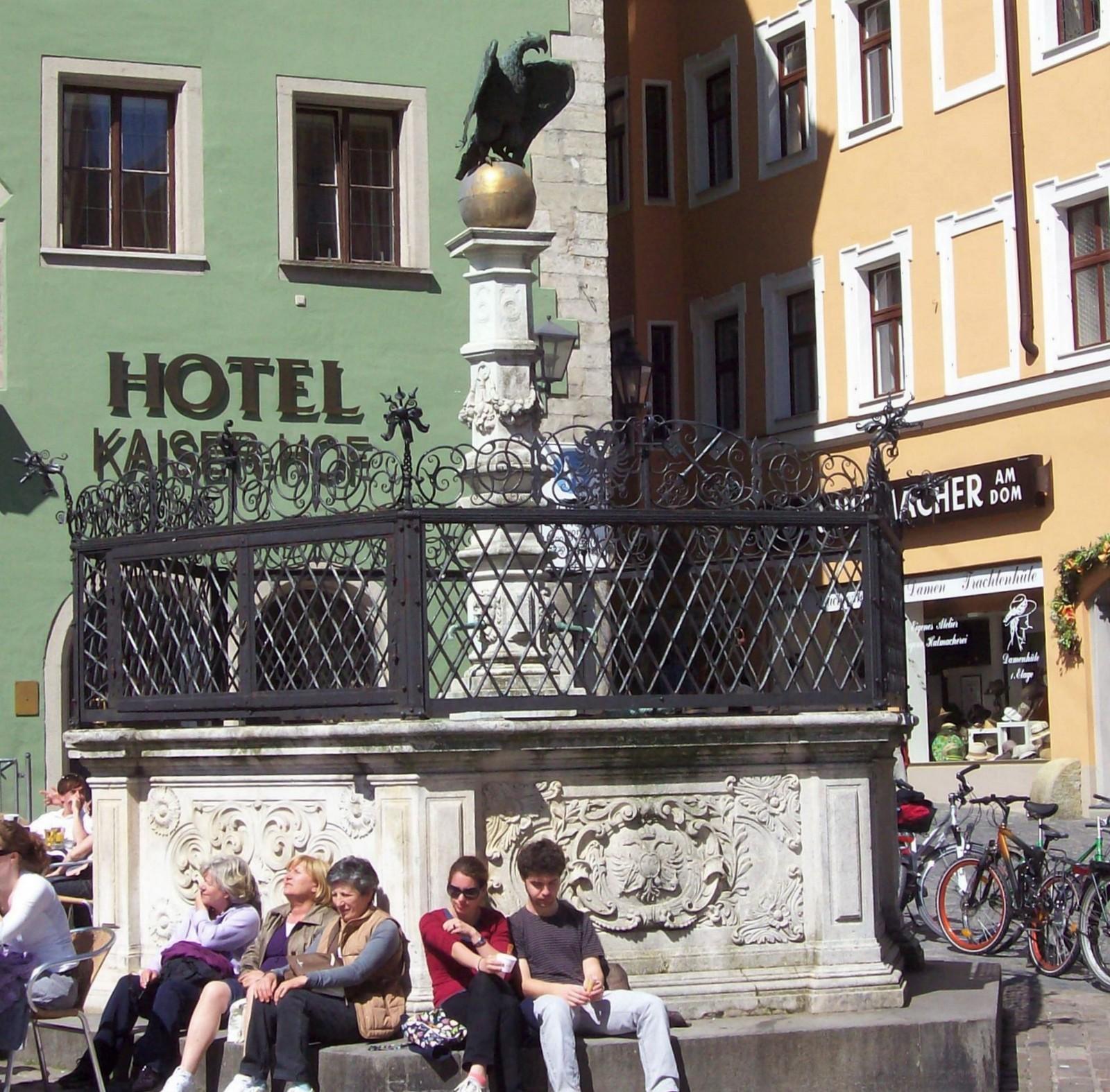 Regensburg - Adlerbrunnen mit Hotel Kaiserhof