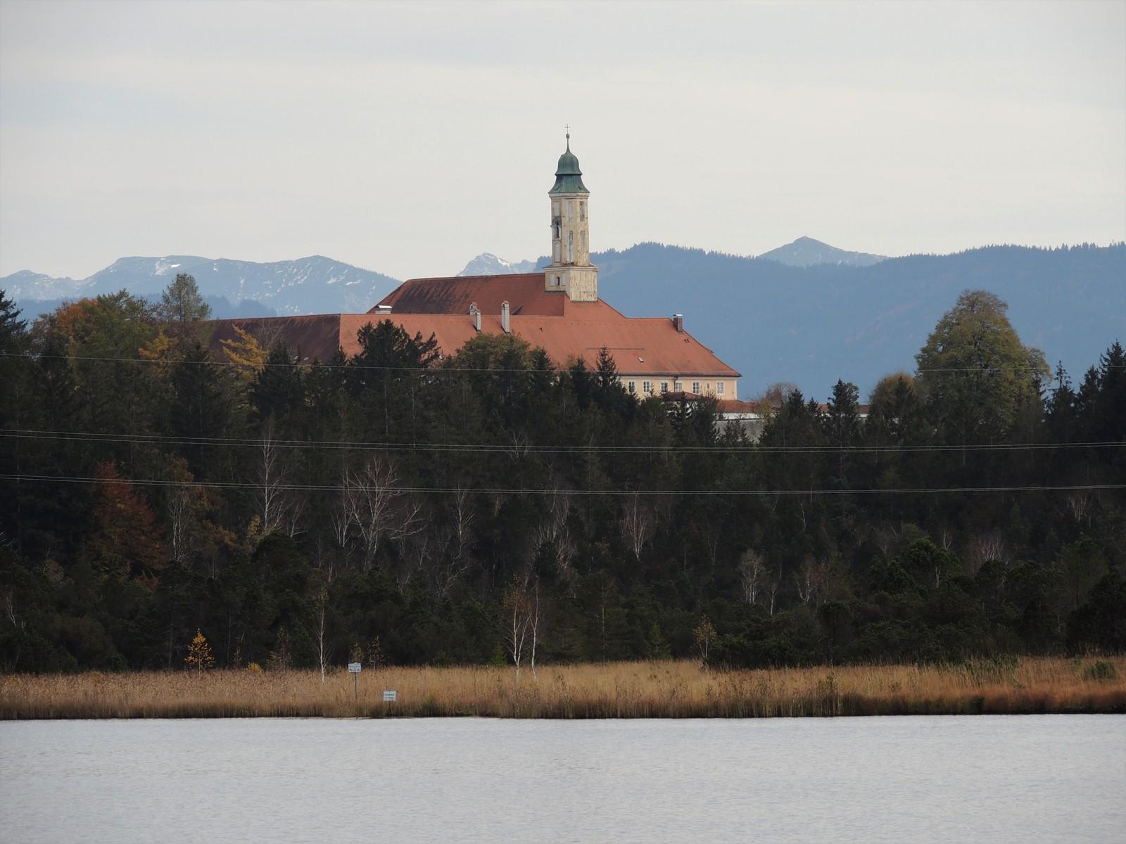 Kirchsee mit Kloster Reutberg - Tölzer Land