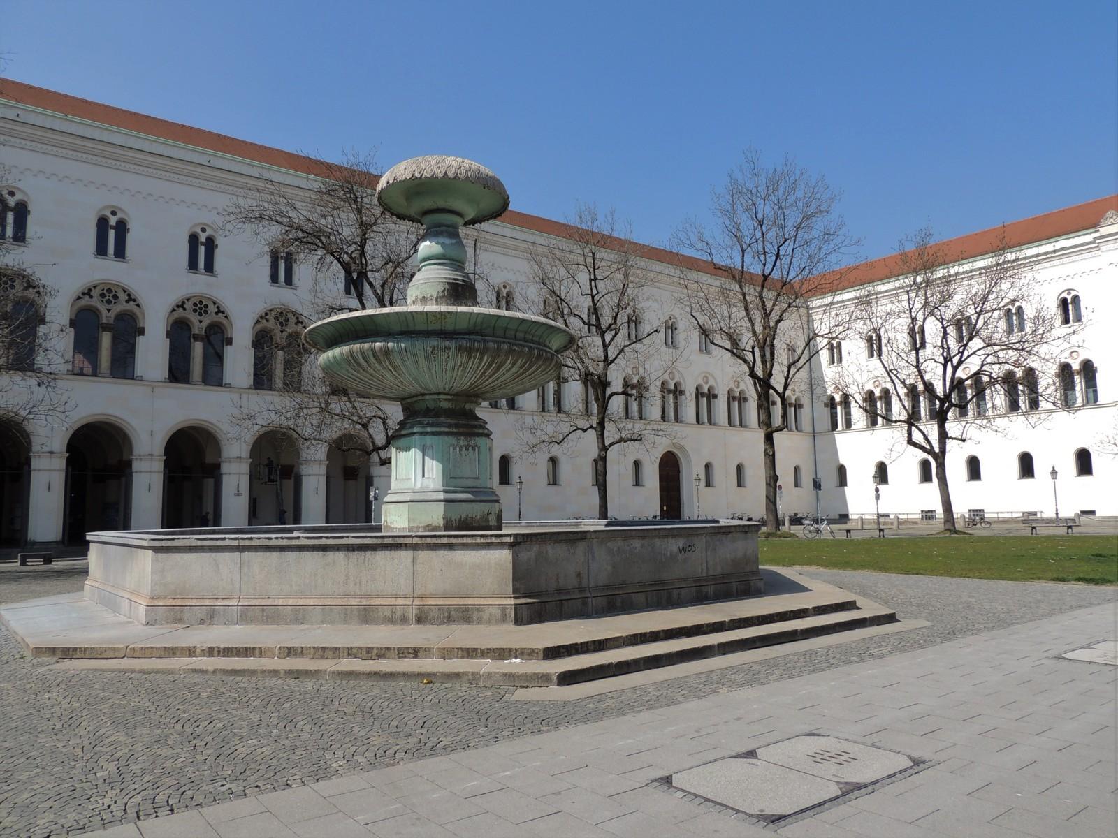 Römischer Brunnen am Geschwister-Scholl-Platz - München