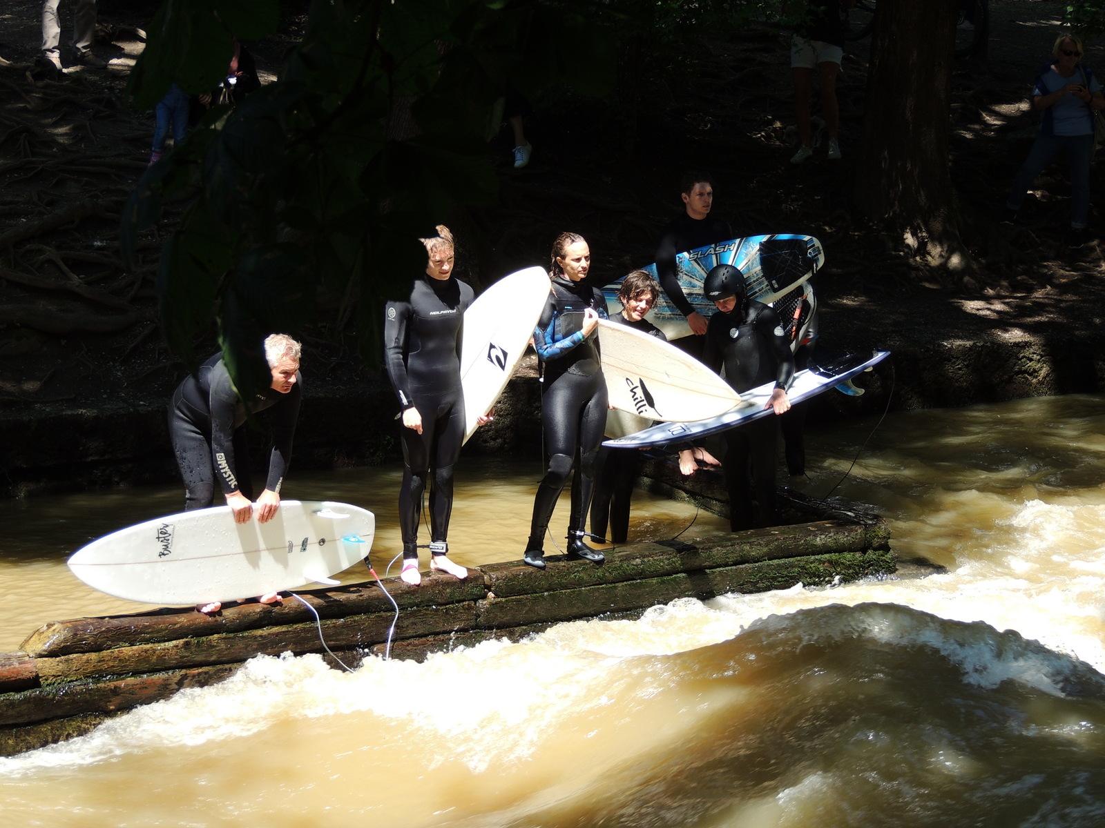 Der Englische Garten - Surfer am Eisbach
