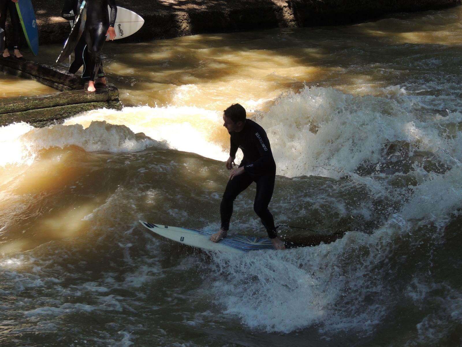 Der Englische Garten - Surfer im Eisbach