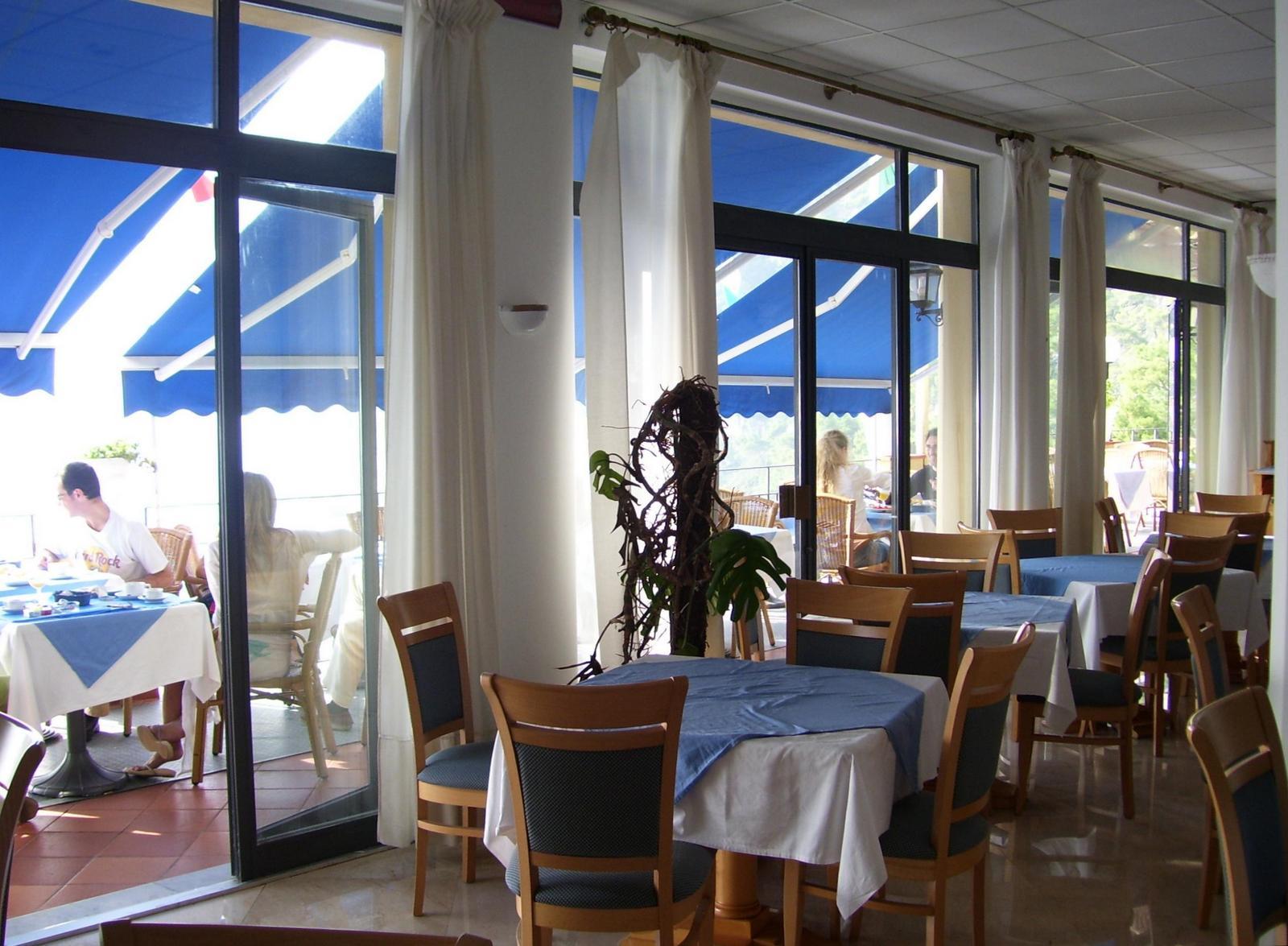 Hotel Weber Ambassador - Frühstücksraum und -terrasse
