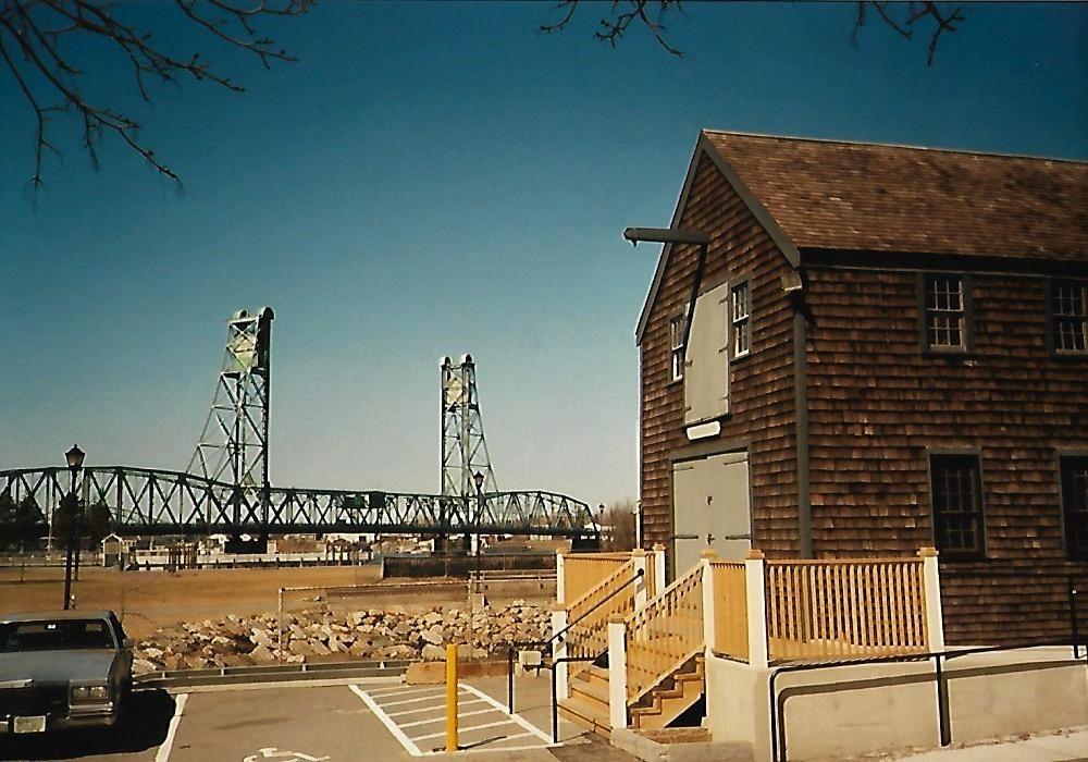 Sheafe Warehouse mit Blick auf die Zugbrücke Memorial Bridge - Portsmouth NH - Neuengland