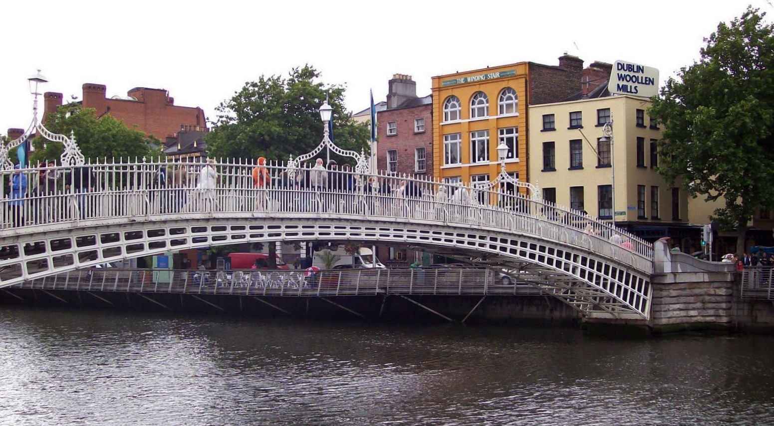 Halfpenny Bridge über Dublins Fluss Liffey