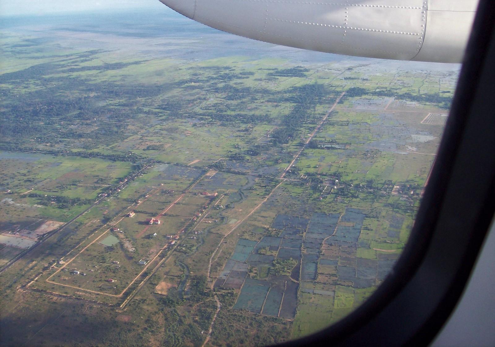 Flug der Lao Airlines über die Ebene von Angkor in Kambodscha