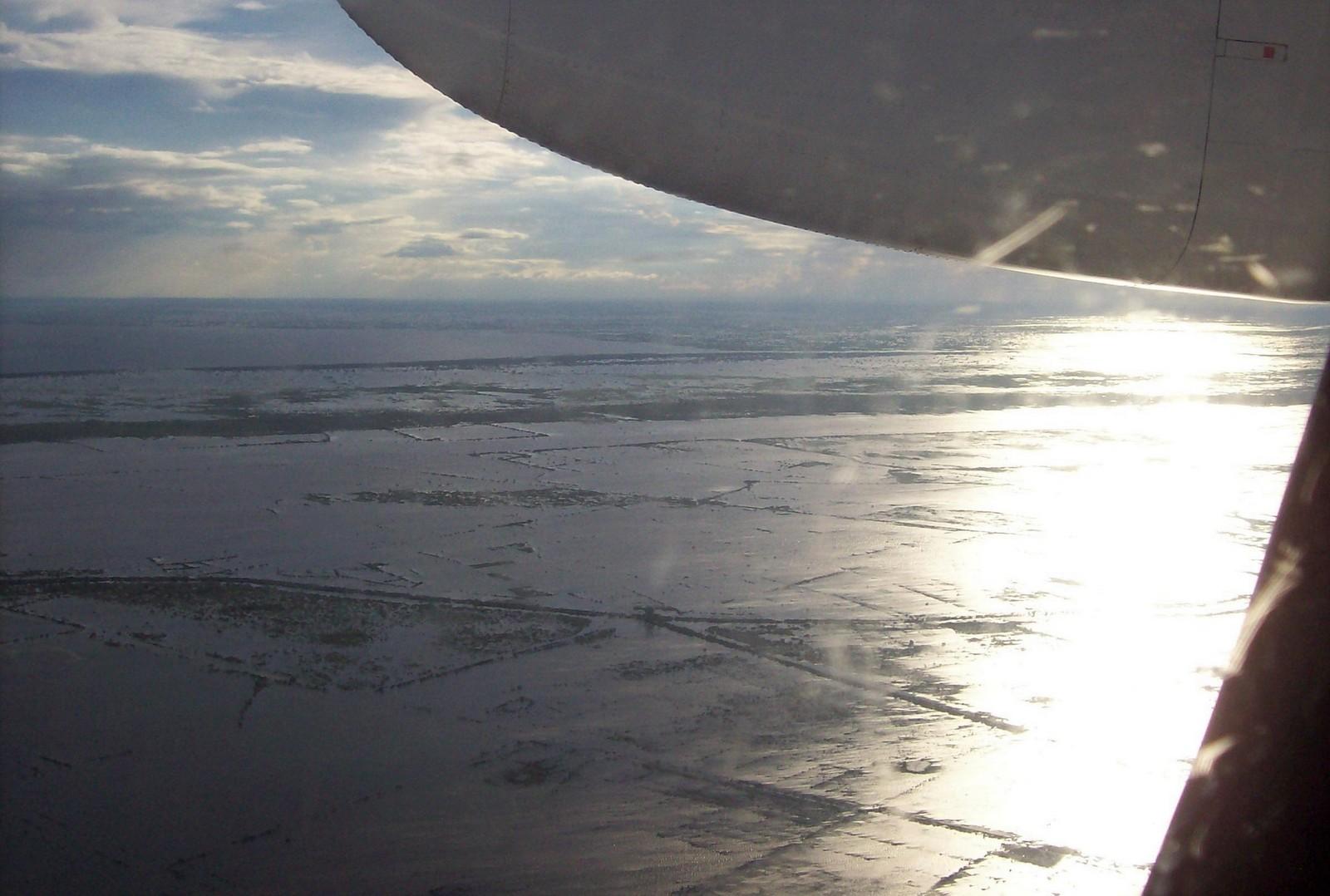 Flug der Lao Airlines über dem Tonle Sap See in Kambodscha