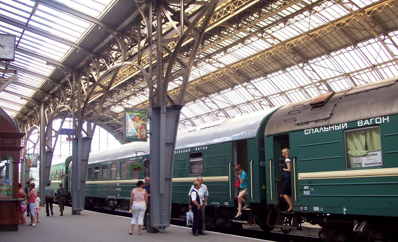 Expresszug Zagreb - Moskau im Bahnhof von Lwów