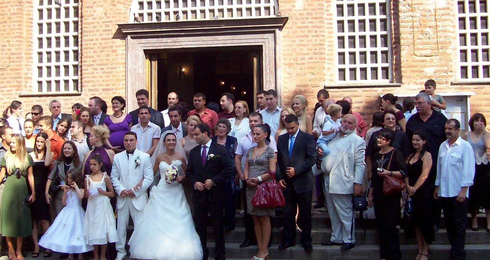 Hochzeitsgesellschaft vor der Sophienkirche in Sofia