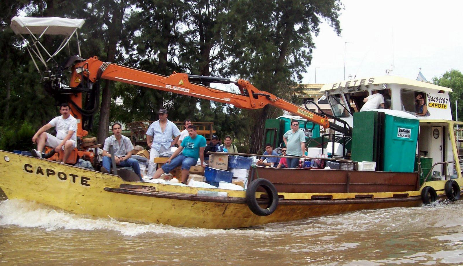 Frachtkahn im Paraná-Delta