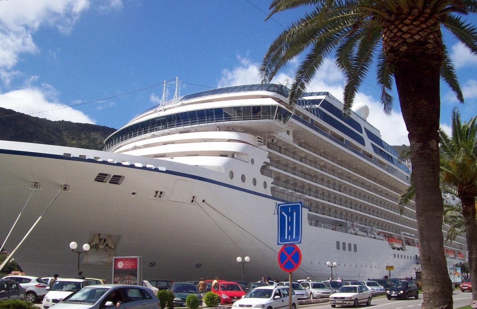 Kreuzfahrtschiff im Hafen von Kotor