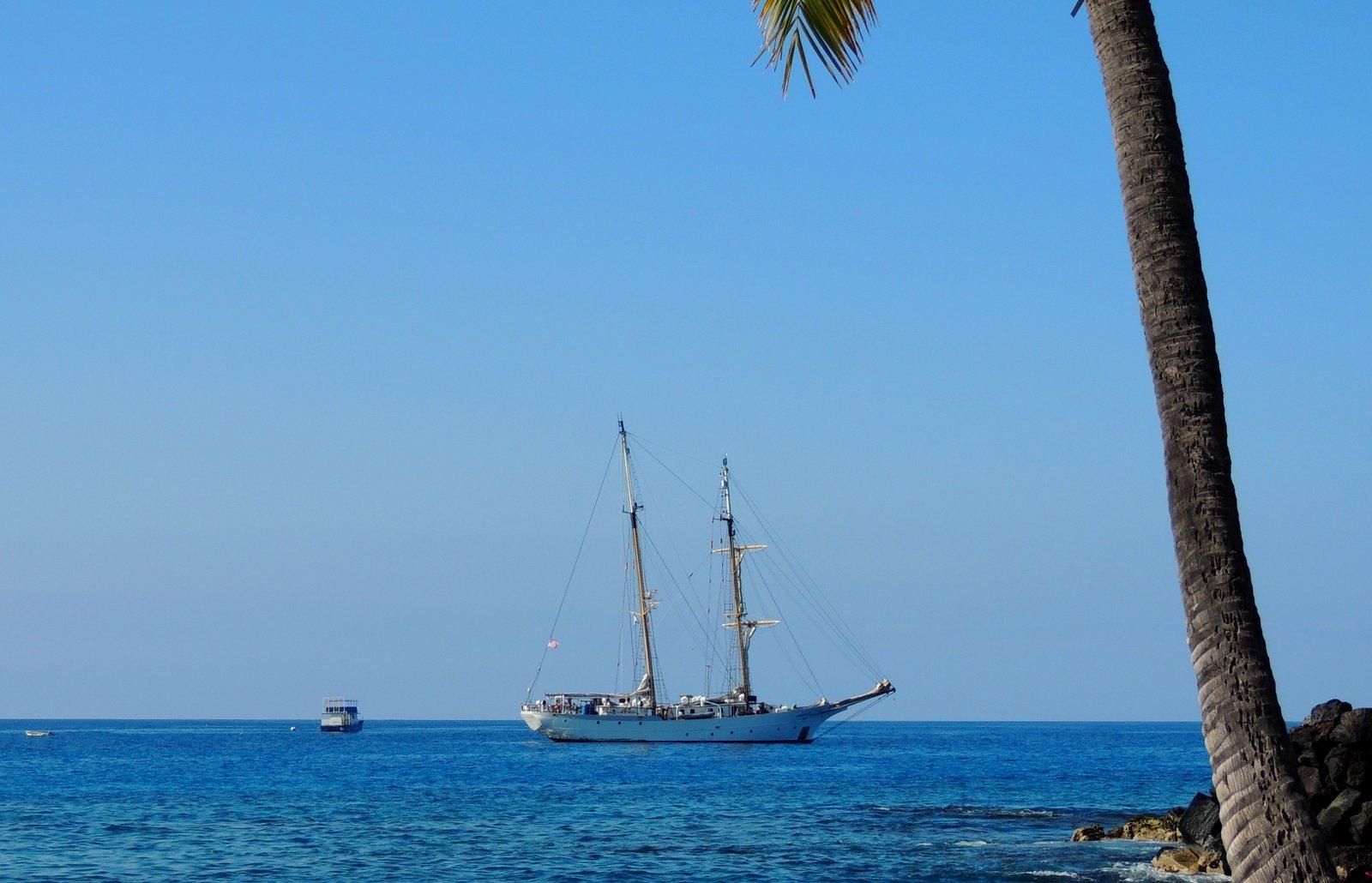 Zweimast-Segelschiff vor der Küste von Hawaii