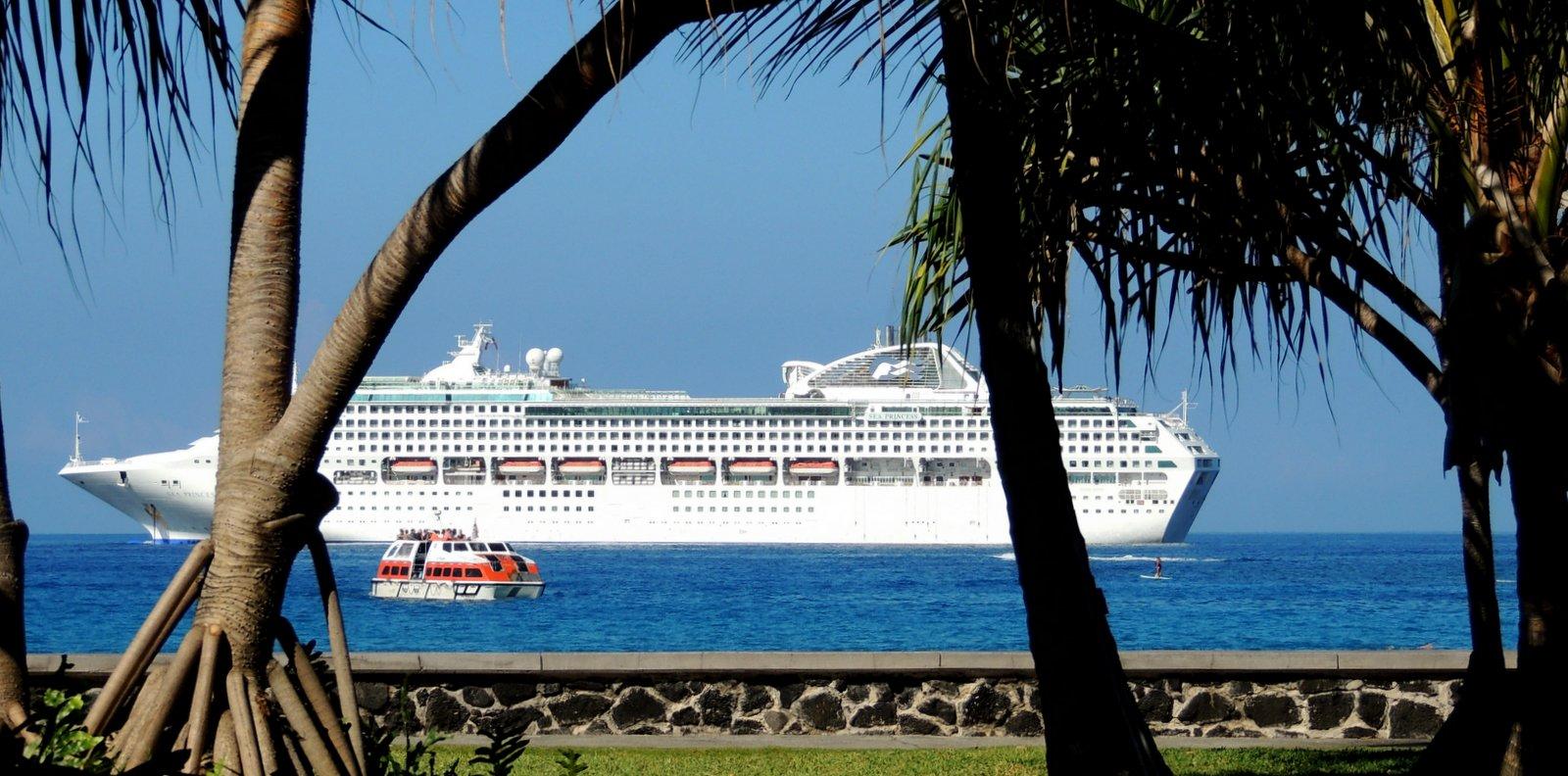Kreuzfahrtschiff vor Kailua Hawaii
