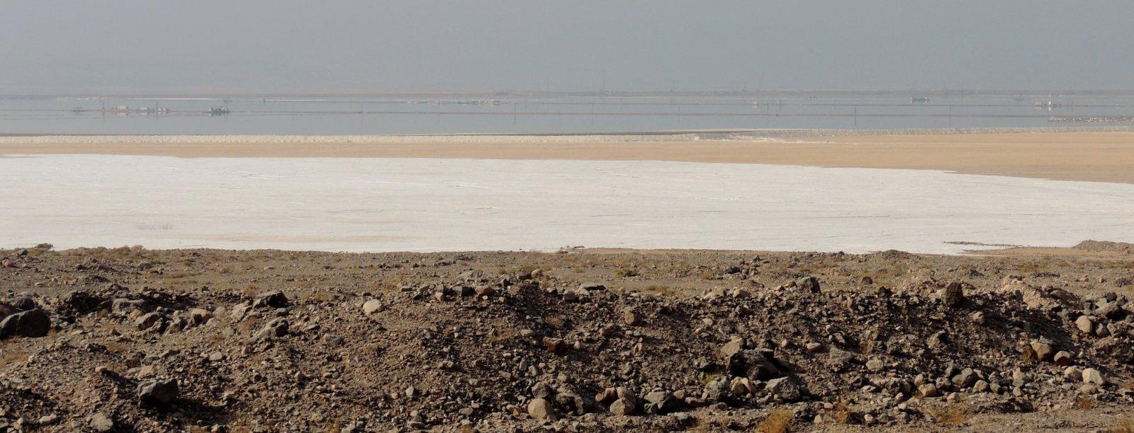 Salzpfanne am Toten Meer in Jordanien