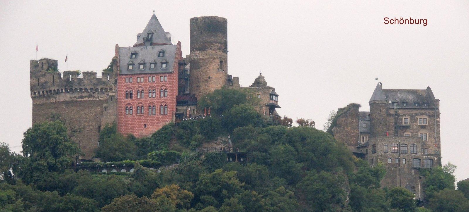 Schönburg über dem Rhein