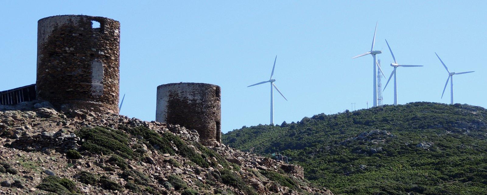 moderne und alte Windmühlen auf Korsika
