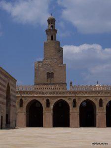 Der von einem Säulengang umgebene große Innenhof misst 92 x 92 Meter. Das mit einer Kuppel gekrönte Brunnenhaus im Zentrum dient den rituellen Waschungen. Die große Halle weißt in Richtung Mekka, welches die Gebetsrichtung der Muslime ist und immer durch den Mihrab, eine Nische in der Innenwand, angezeigt wird.