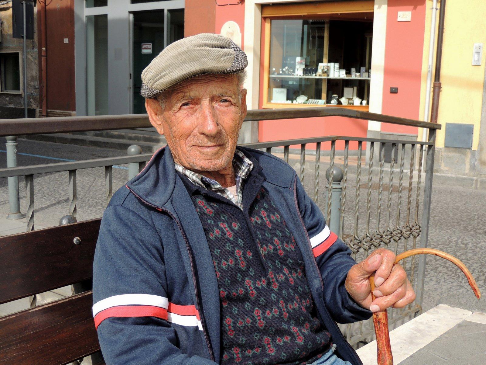 freundlicher Rentner in Maletto