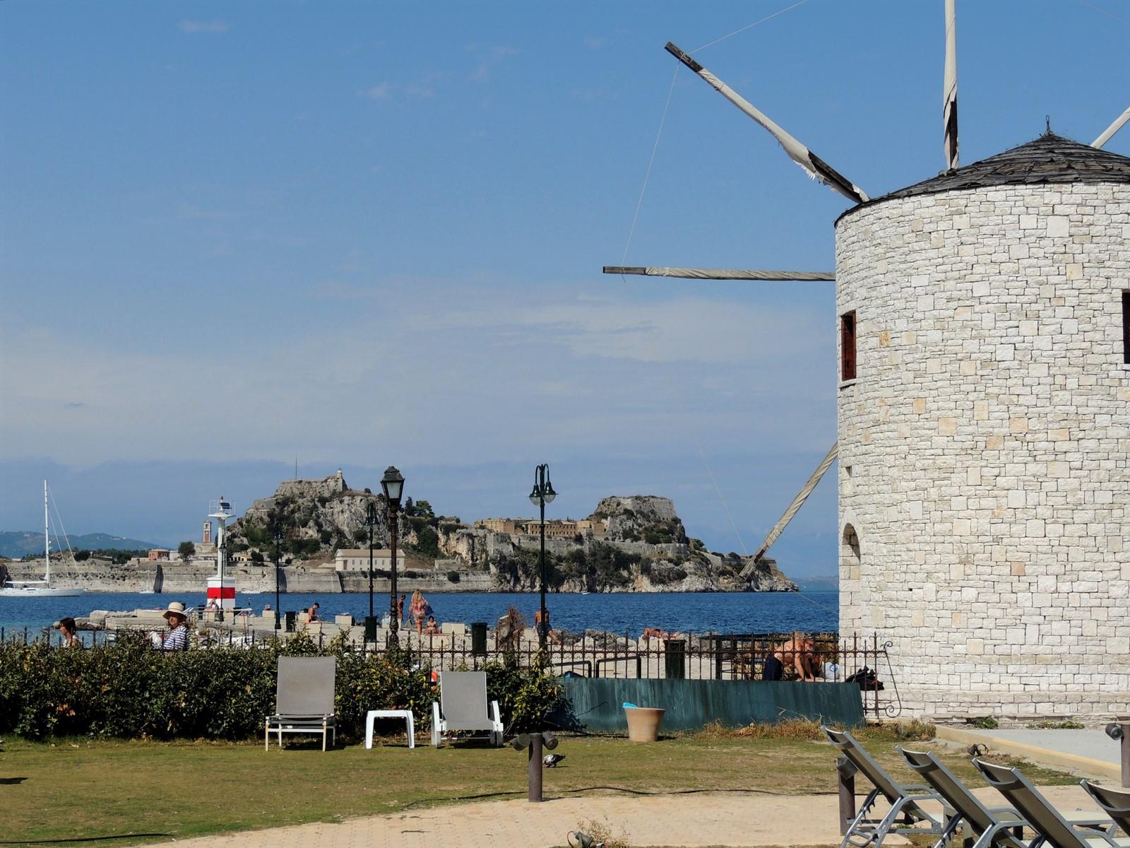 Die alte Windmühle Anemomilos mit der alten Festung von Korfu