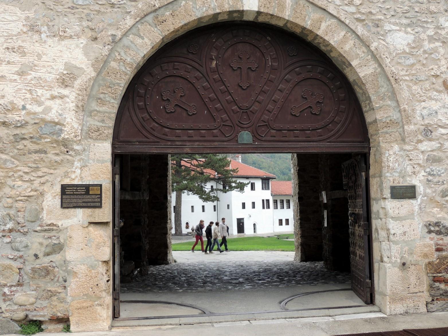 Tor zum Kloster Decan im Kosovo
