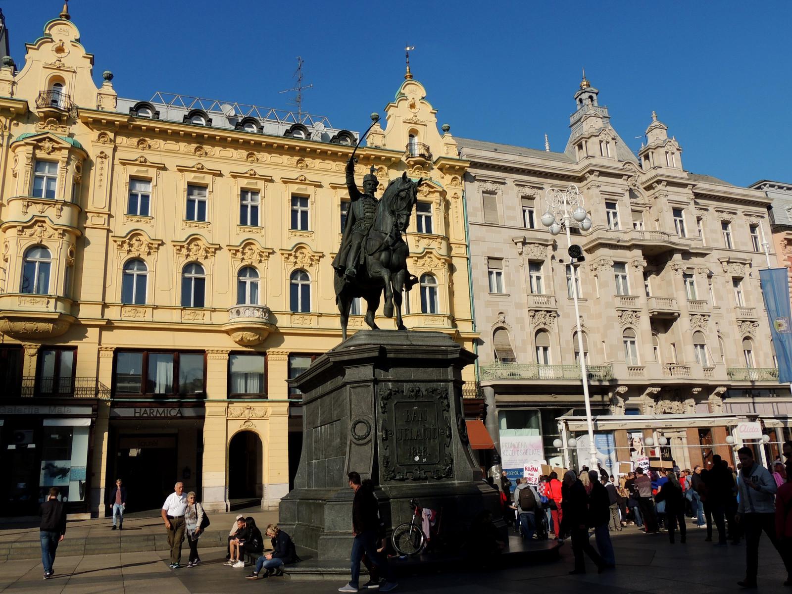 """Entlang des Autoput - Am """"Städtischen Hauptplatz"""" in Zagreb steht die Reiterstatue des Volkshelden Josip Jelacic"""