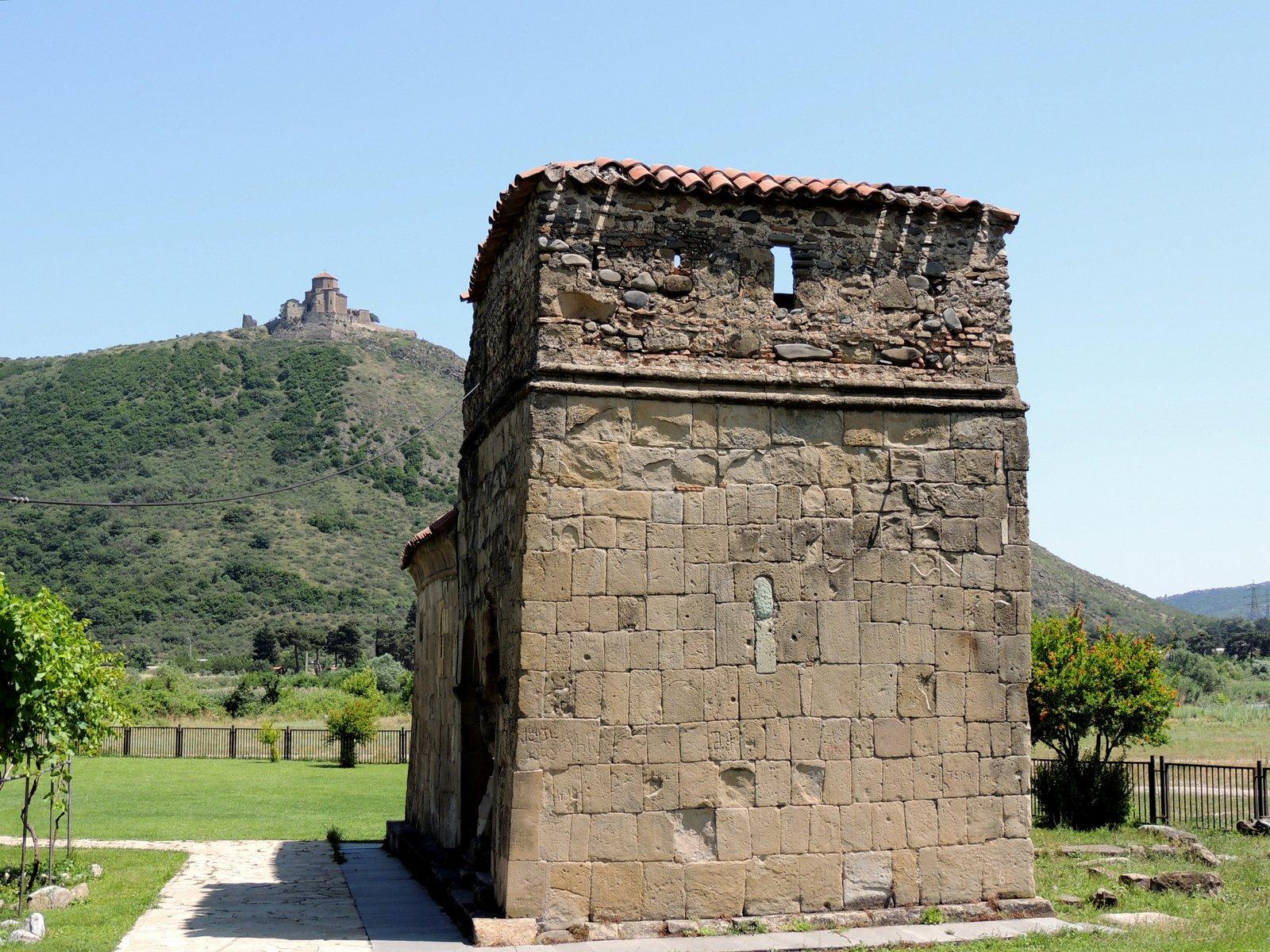 Antiochia Kapelle von Mzcheta mit der Kreuzkirche im Hintergrund