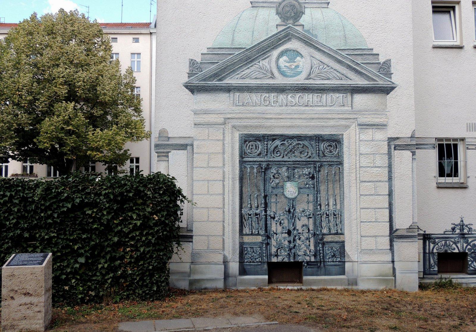 Alter St. Matthäus Kirchhof in Berlin-Schöneberg - Replik Grabanlage Langenscheidt