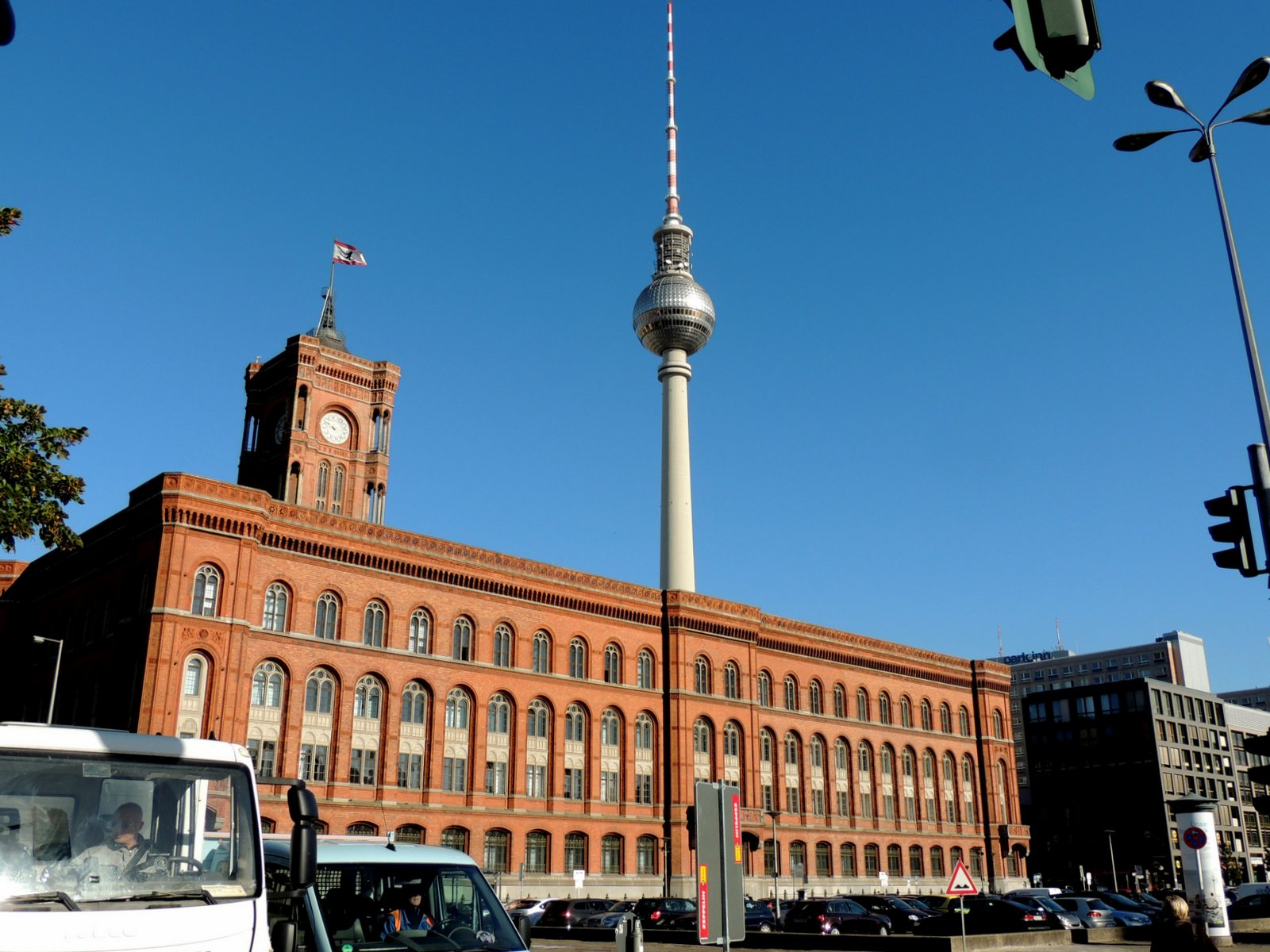 Rotes Rathaus mit Fernsehturm am Alex
