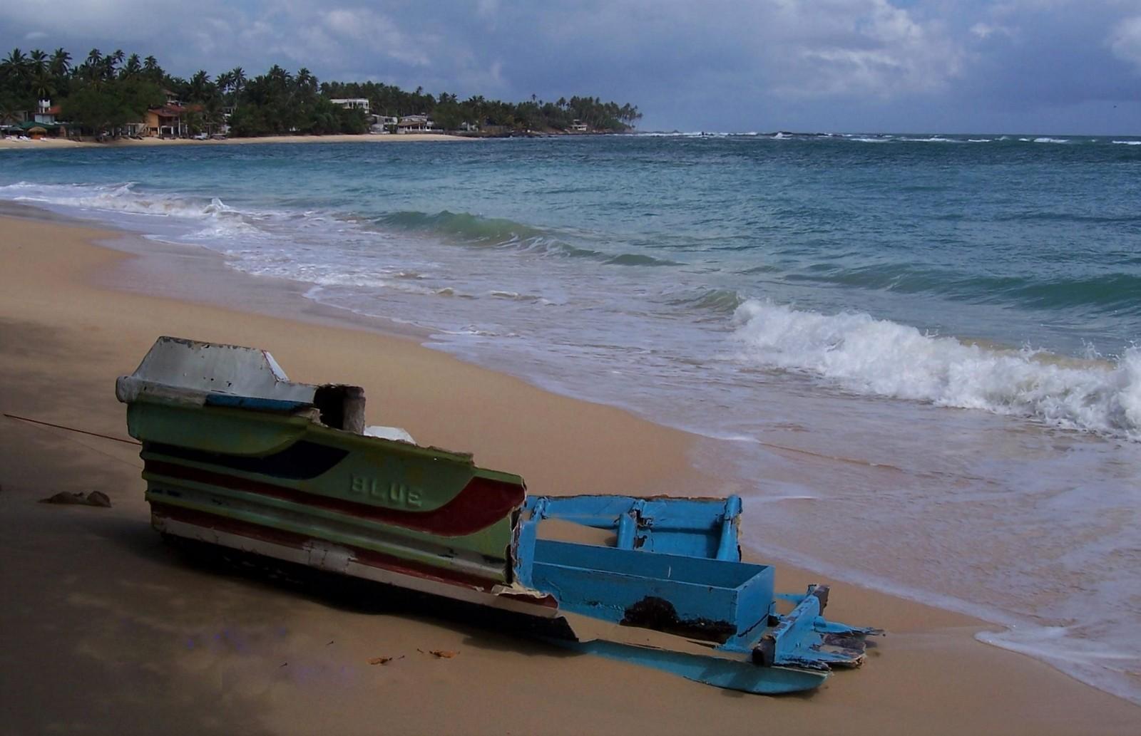 Durch den Tsunami zerstörtes Boot am Strand von Unawatuna