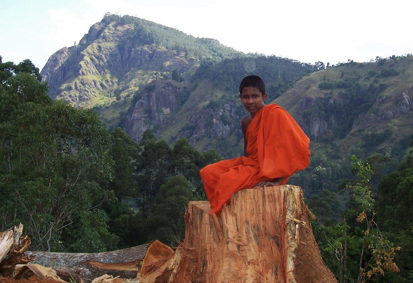 Buddhistischer Novize vor dem Ella Rock