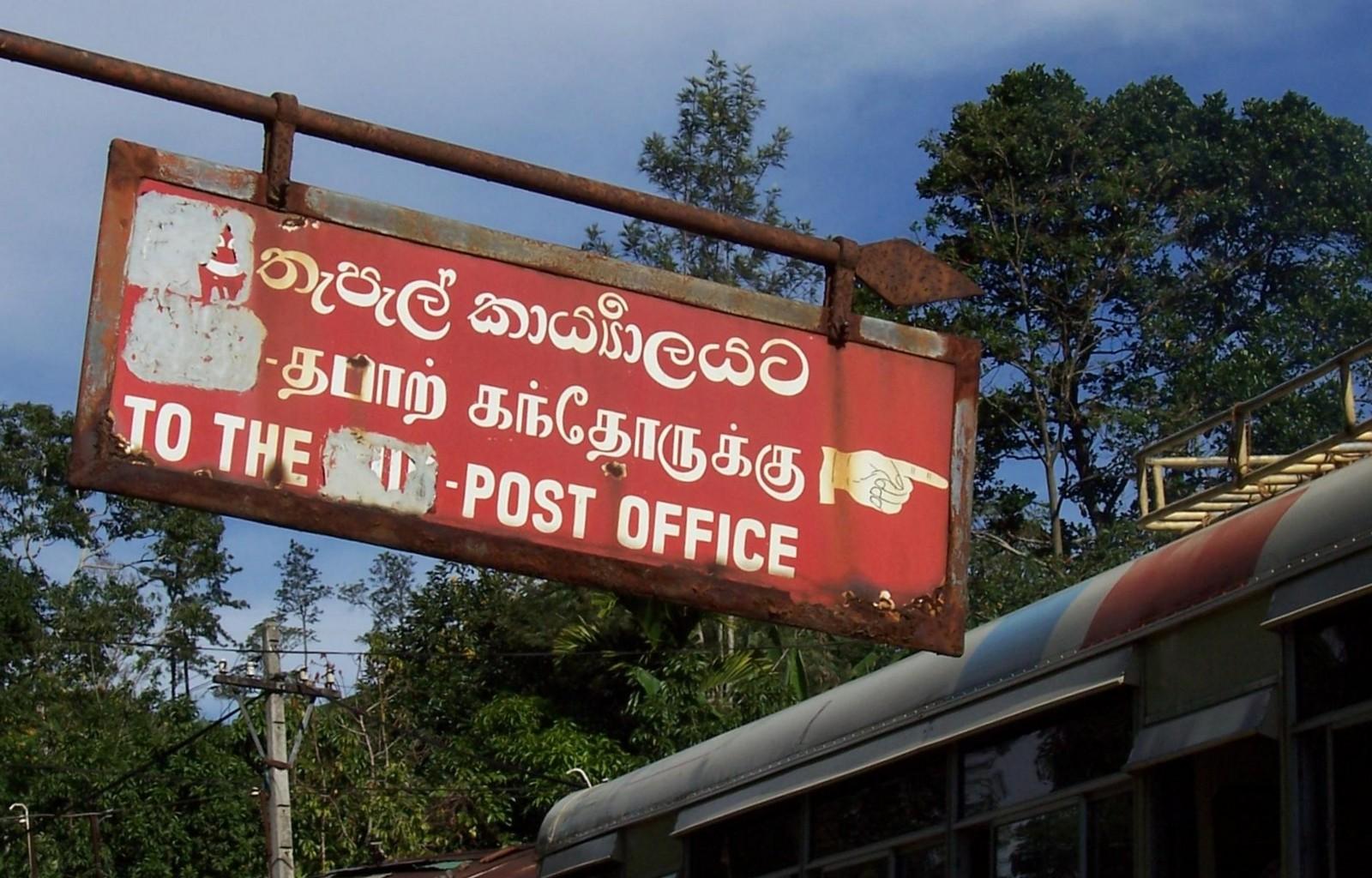 Wegweiser zum Postamt in Ella