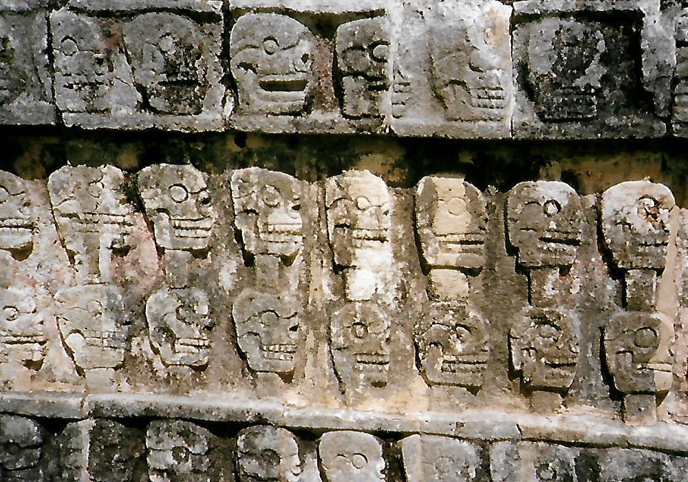 Wand der Schädel in Cichen Itzá - Mexiko