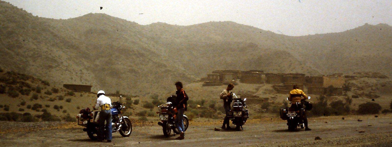 Vier Motorräder im Hohen Atlas - Marokko